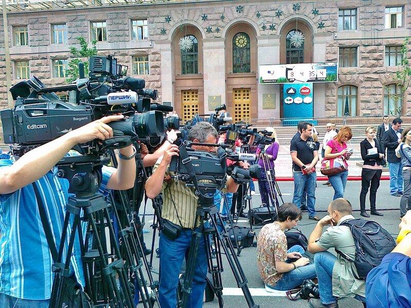 Телеоператоры перед киевской мэрией