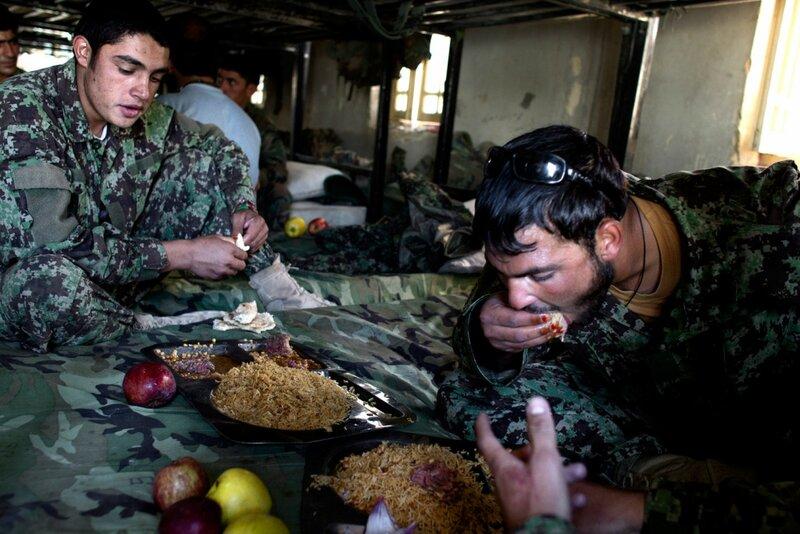 Afganistan.<br />Afghanske ANA-soldater spiser frokost i Camp Geresehk, som ligger ved siden af danskernes Camp Price.