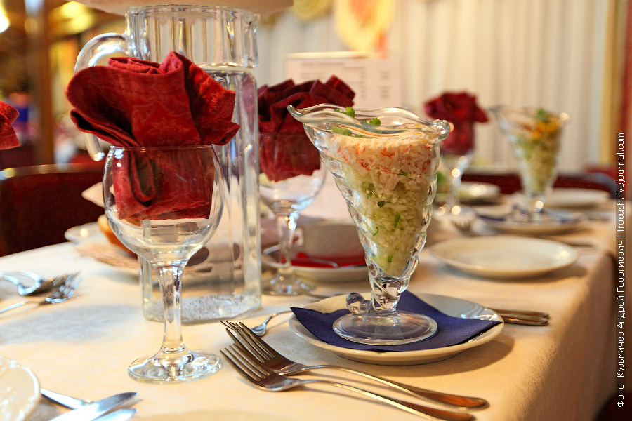Салат «Морское дно» (крабовые палочки, кукуруза консервированная, куриное яйцо, креветки, майонез)