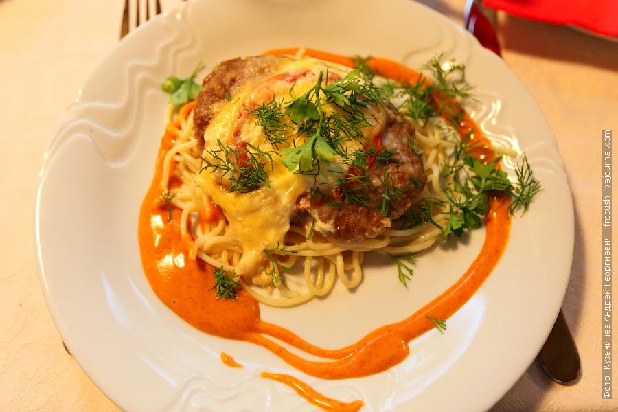 Сочное гнездо (говядина рубленная, помидоры, майонез, сыр), спагетти, соус сливочный со шпинатом