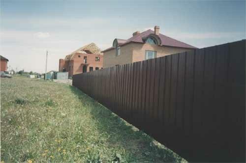 Конечно же, современный и. А какой забор обладает такими качествами.  Мы смело заявляем: забор из профнастила...