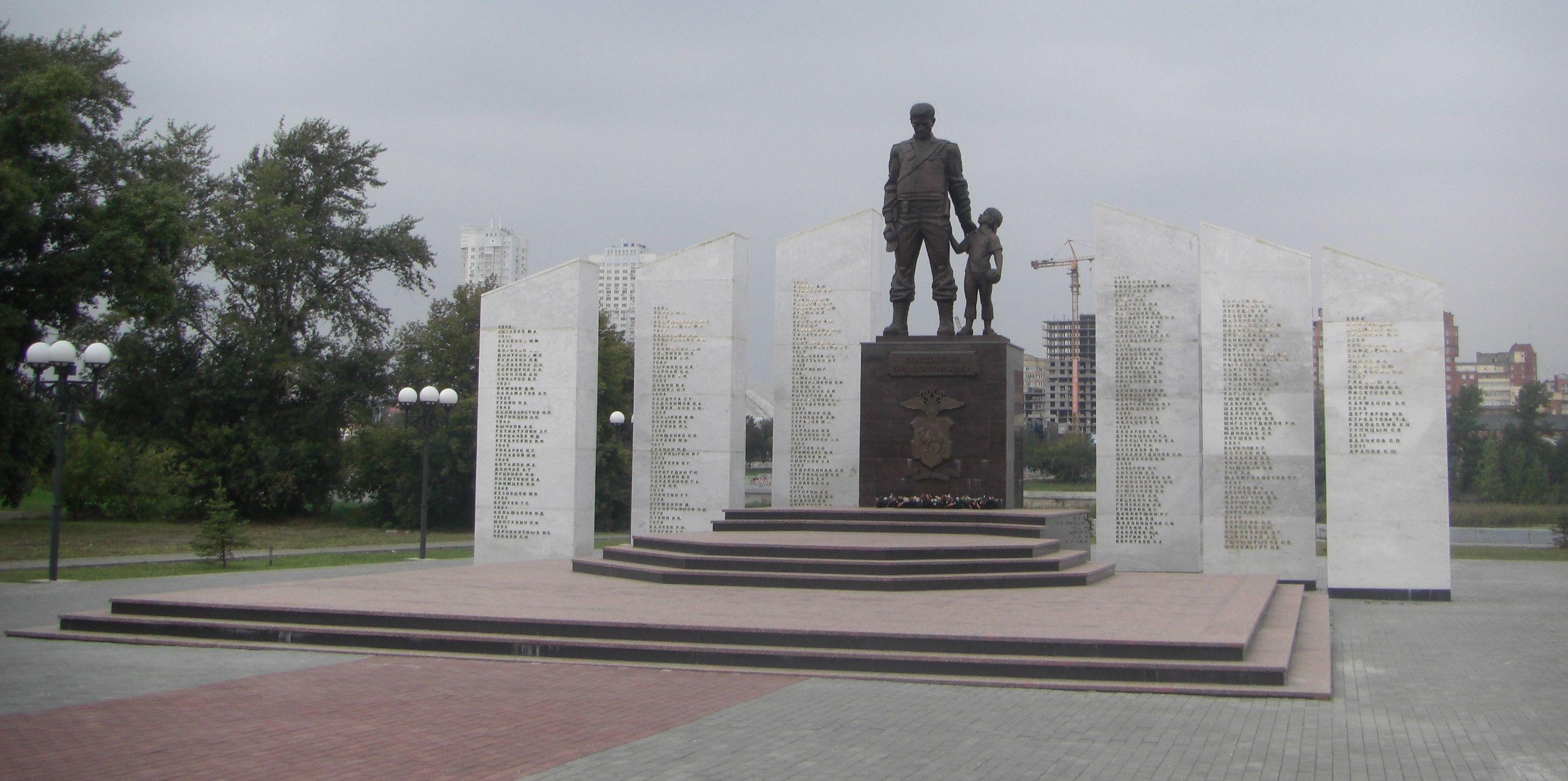 По сторонам от статуи 6 стел с именами погибших сотрудников. Всего более 200 фамилий. (26.05.2015)