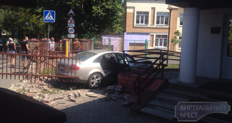 Автомобиль вылетел с дороги и протаранил ограду