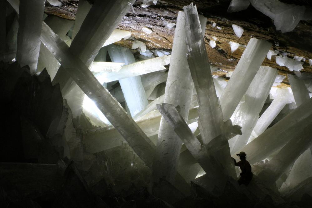 imgur Пещера уникальна наличием гигантских кристаллов селенита. Наибольший изнайденных кристаллов—