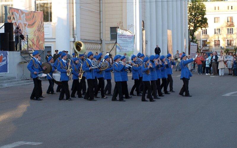 дефиле оркестра кировского училища искусств на фестивале духовых оркестров