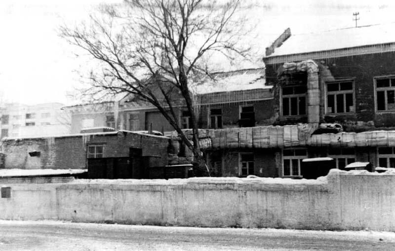 Восточный фасад: трубопроводы. 1988 г.