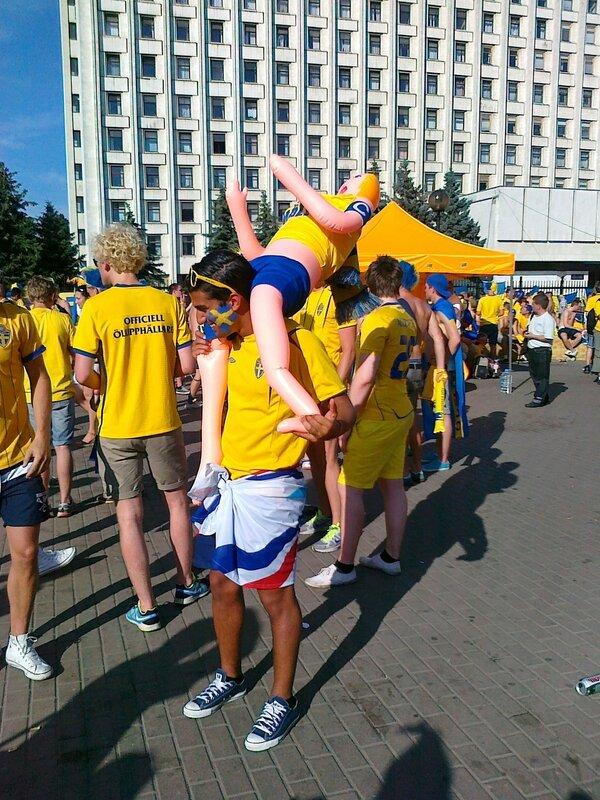 Шведский болельщик в Киеве