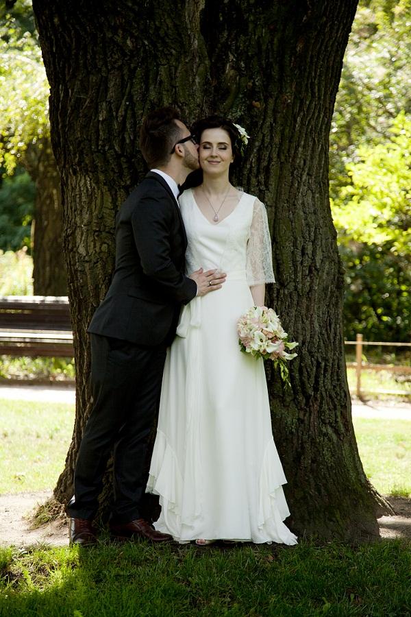 Невесты задирают платье фото, порно с двумя охранниками
