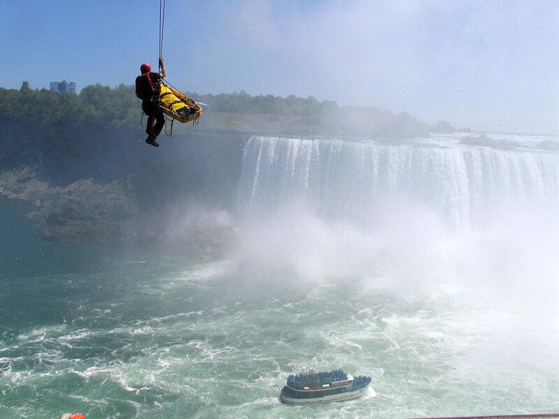 Мужчина чудом выжил после прыжка в Ниагарский водопад