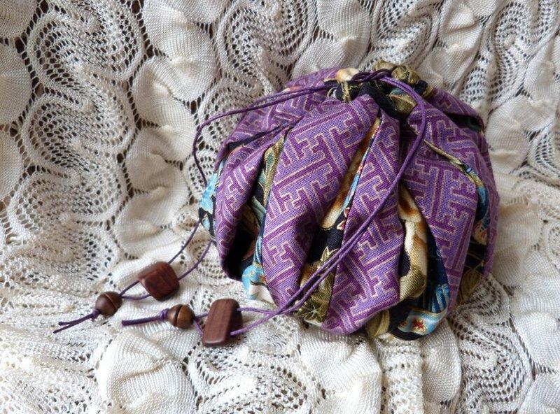 d18ef78a7342 Это такая сумочка - она же подарочная упаковка для сладостей, которую  придумали в Японии. Шьется легко (мастер-класс тут), смотрится интересно.