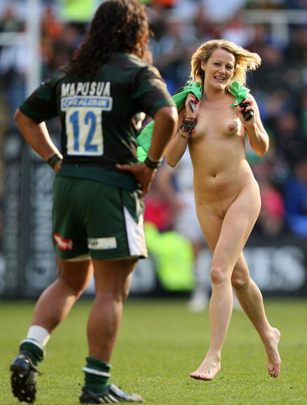 streaker / стрикер - голая девушка на футбольном поле