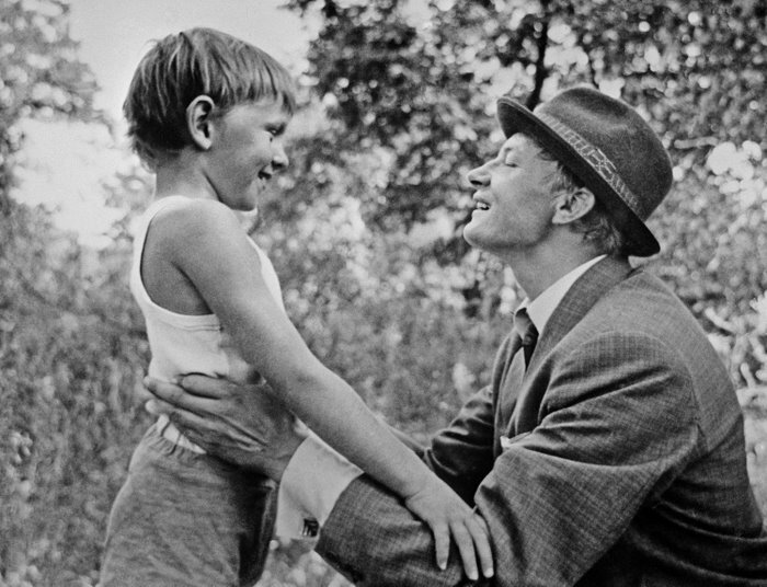 Михаил Кононов во время встречи с сыном Женькой (Саша Ведерников). Фото /ИТАР-ТАСС/