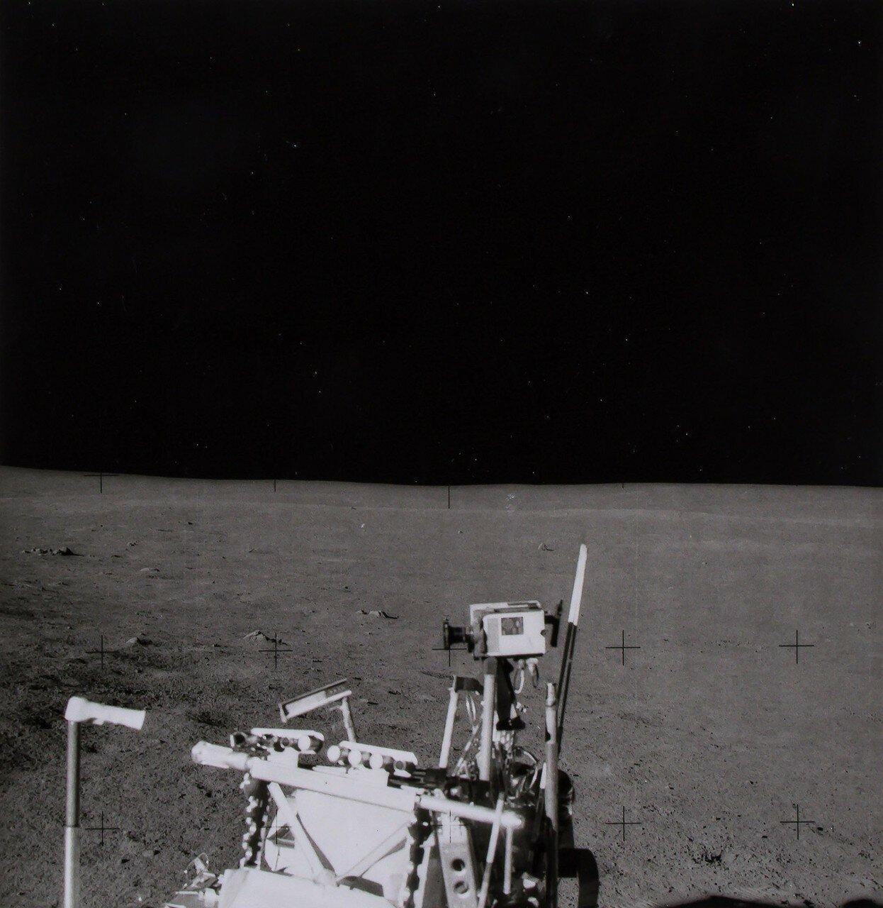 В 116 часов 27 минут полётного времени, астронавты, предварительно погрузив часть оборудования на тележку, отправились к месту для установки научных приборов. На снимке: 16-мм камера снимает местность во время своего передвижения