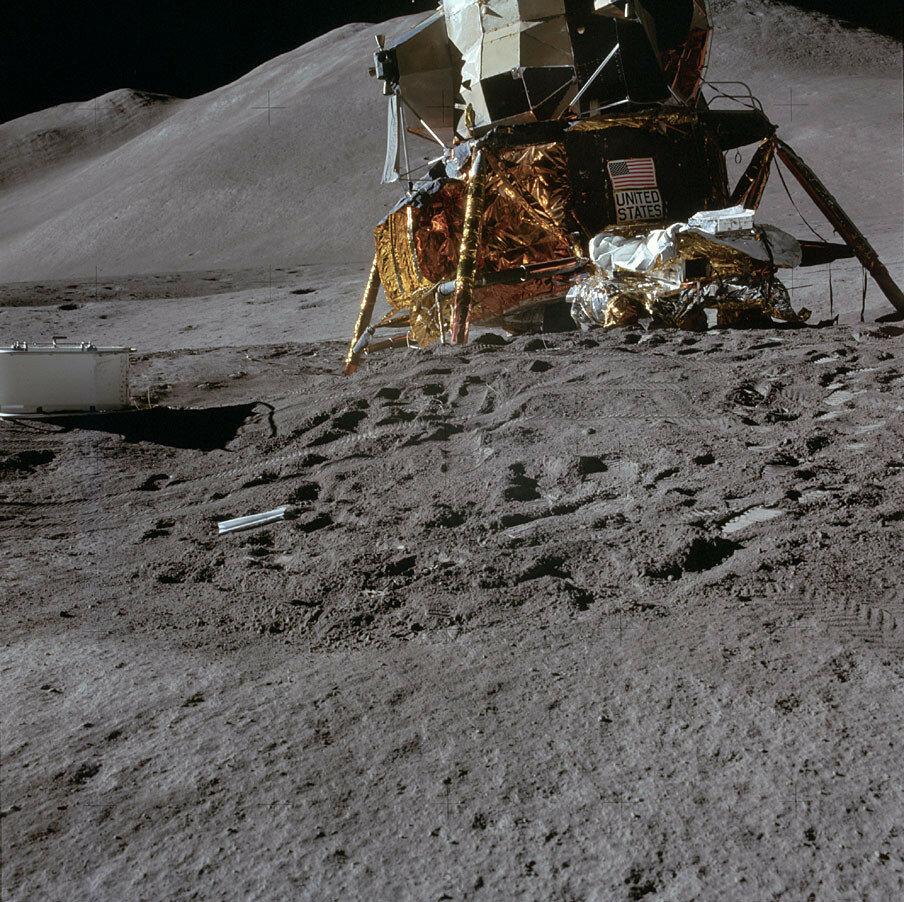 «Фалкон» ощутимо ударился о поверхность. Из всех шести посадок «Аполлонов» эта была самой жёсткой. С этого угла отчётливо виден значительный наклон лунного модуля. На заднем плане — гора Хэдли Дельта