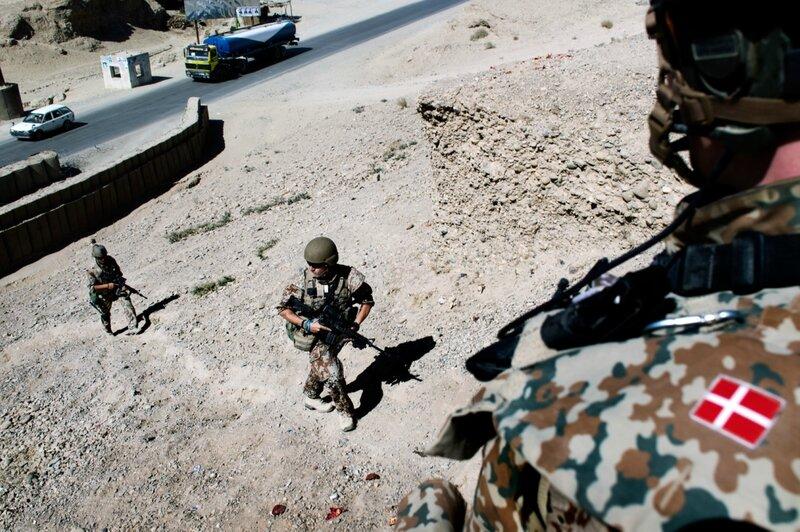 Afghanistan.<br />Highway one er den vigtigste vej i Afganistan og har været plaget af mange IEDs (vejsidebomber).<br />Danske soldater på vej op af bakken mod checkpoint 4.1 der ligger tæt ved Helmand-floden.