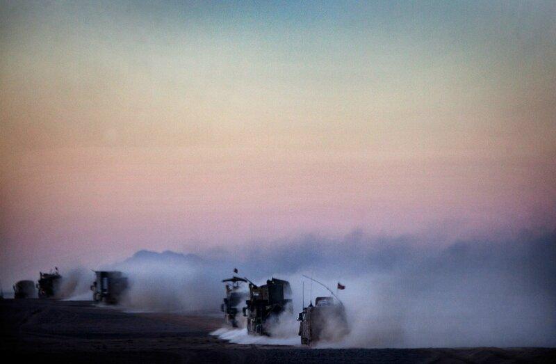 Afganistan.<br />En dansk forsynings-konvoj forsvinder ud i ørkenen efter at have aflastet  på Patrol Base Line. Helmand.