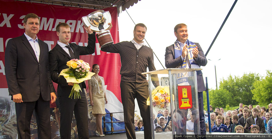 Чемпионы мира Денис Денисов и Денис Кокарев привезли в Тверь Кубок мира по хоккею