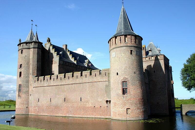 Оборонительный ров вокруг замка | Фотографии