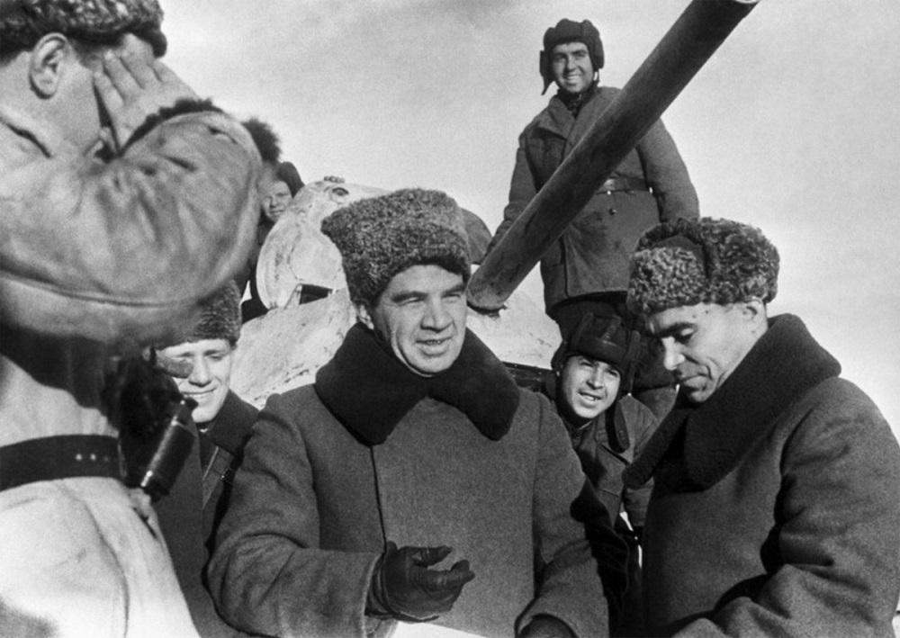 Командующий 62-й армией генерал-лейтенант В.И. Чуйков на переднем крае обороны.jpeg