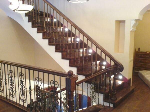 Деревянные лестницы с поворотом на 180 градусов фото 48.