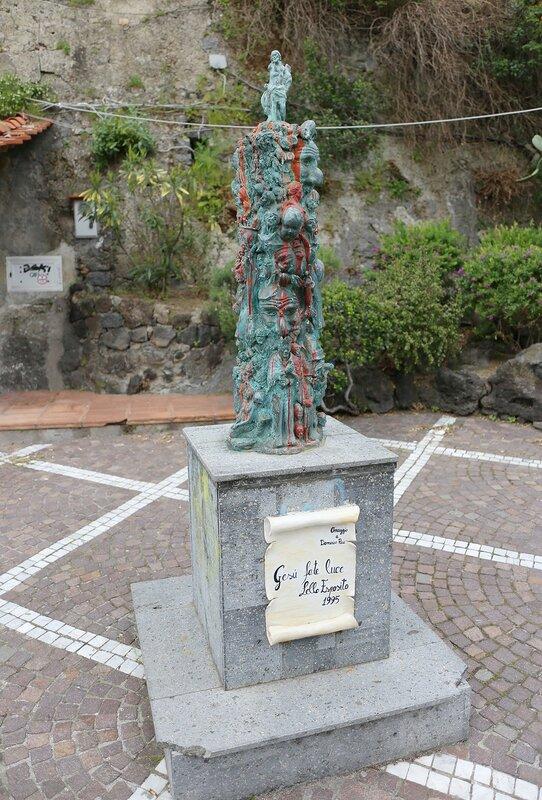 Искья-Порто. Памятник Gesu fate luce