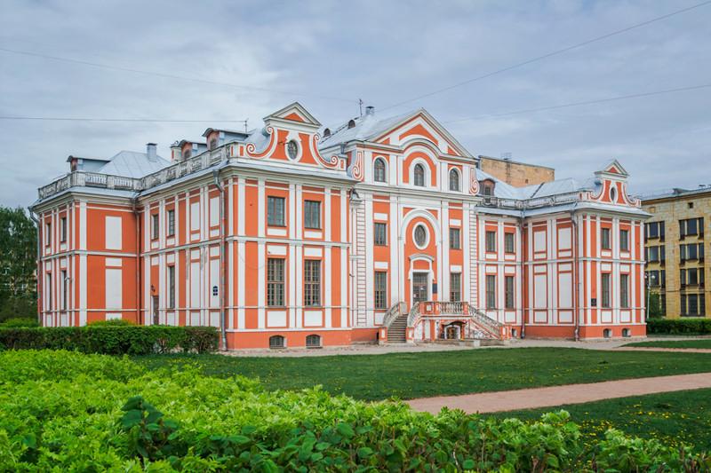 Оценить его роскошь и сейчас не сложно, не то что в далеком 1714 году, когда каменные дома всего Пет
