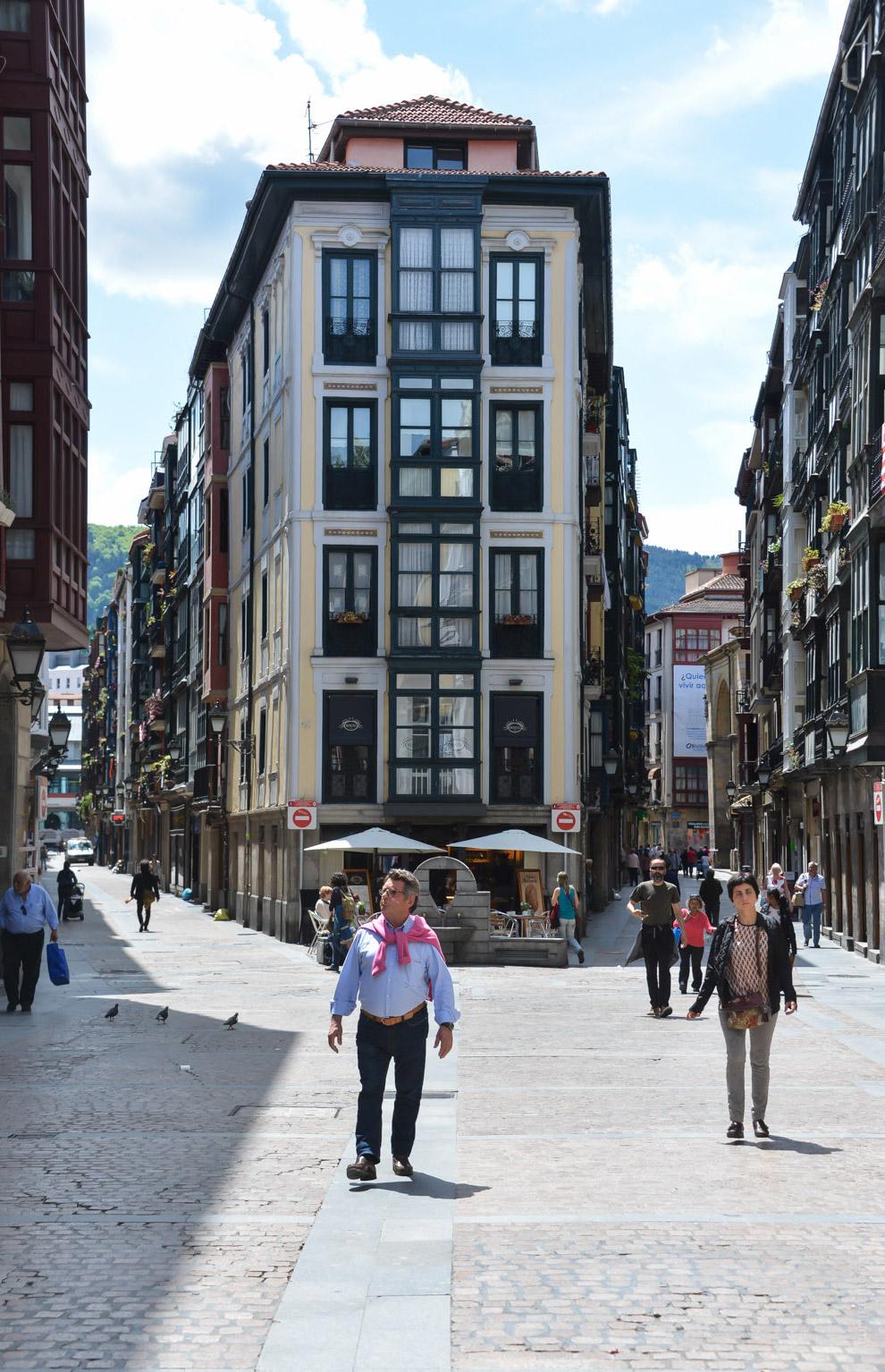 8. ...несколько площадей, крупнейшая из которых — Plaza Nueva , выстроенная в лучших традициях