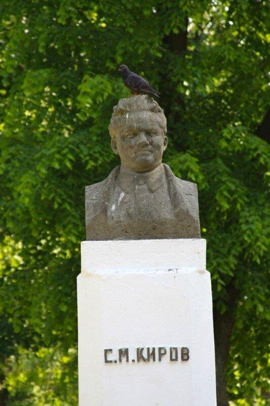 памятник Кирову в городском сквере
