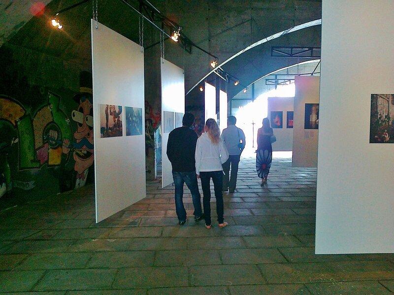 Зрители осматривают экспозицию фотогалереи под Гаванским мостом