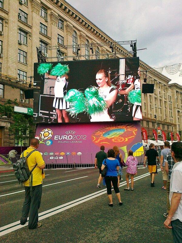 Трансляция концерта на экране фан-зоны Евро 2012