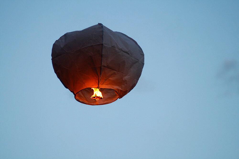 Массовый запуск небесных фонариков вМоскве