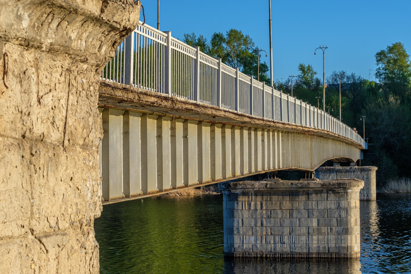 Пешеходный мост через Исеть вид с боку