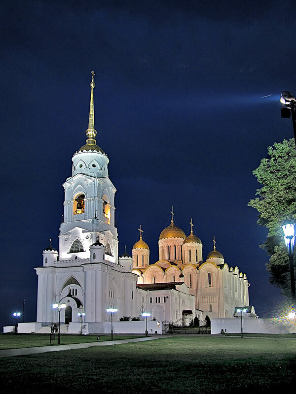 Владимирский Свято-Успенский собор с колокольней при вечерней подсветке.
