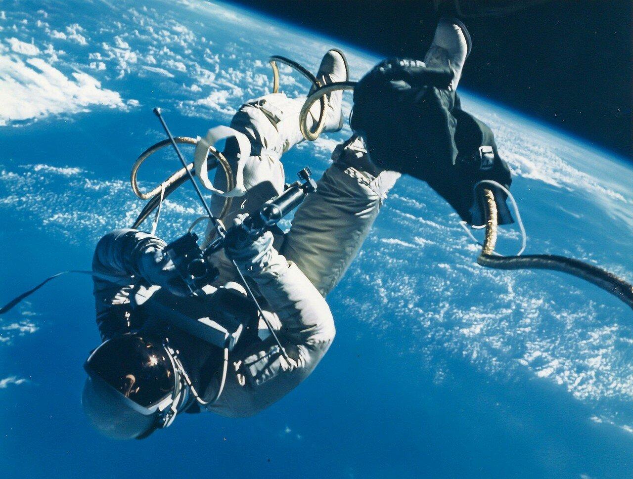 29. 1965, 3 июня. Первый выход американского астронавта в открытый космос. Ред Уайт уплывает от космического корабля «Джемини»-4
