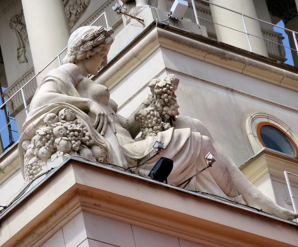 скульптуры здания морского вокзала.