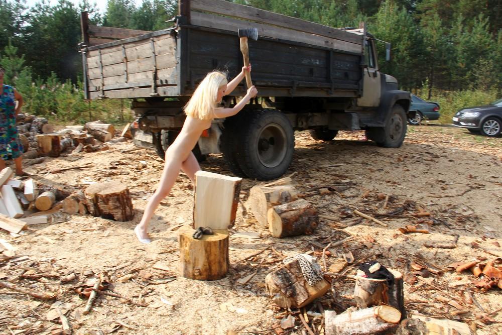 Голая Мария на заготовке дров в Карелии