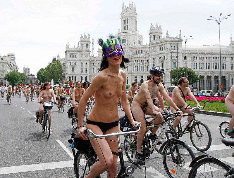 Испанские велосексуалы проехали нагишом по Мадриду