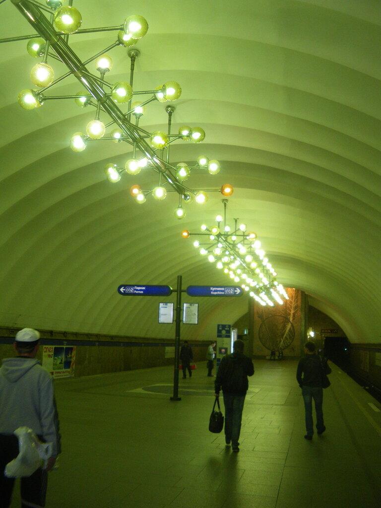 Освещение подземного зала станции метро«Озерки», май 2012 года.