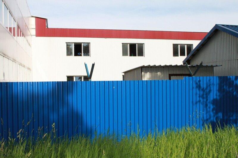 забор синего предприятия