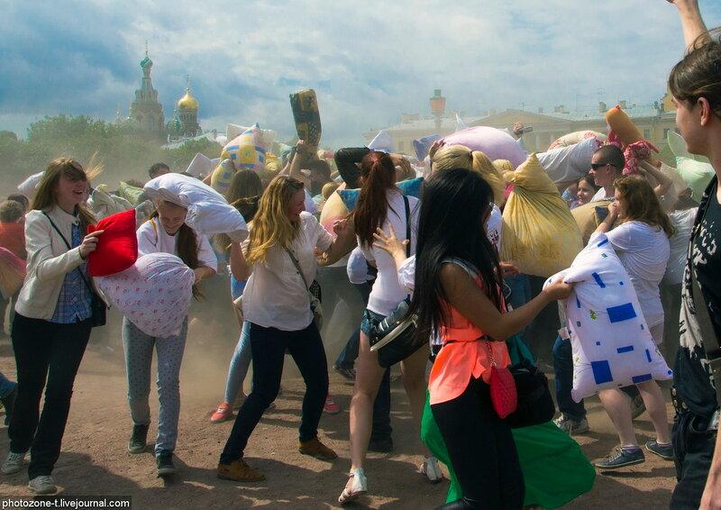 """Флешмоб """"Бой подушками"""" на Марсовом поле 10 июня 2012"""