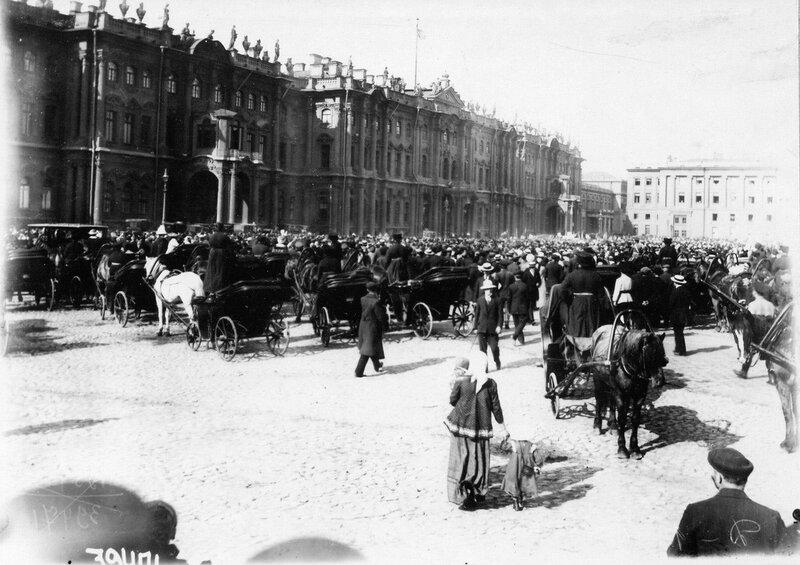 У Зимнего дворца после объявления войны.