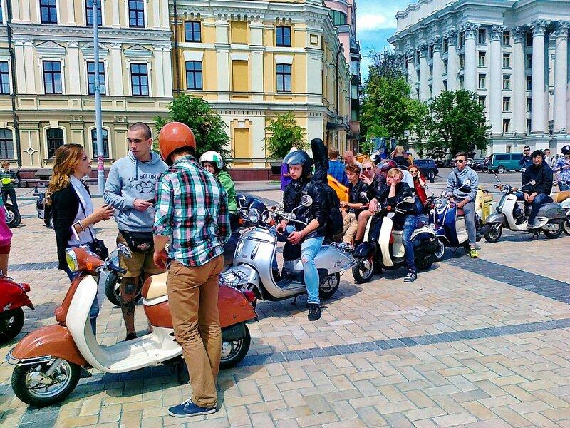 Участники фестиваля мотороллеров на Михайловской площади