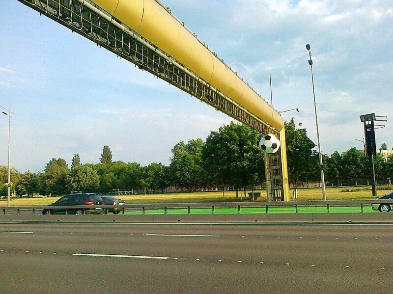 Золотые ворота и мяч Евро 2012 на проспекте Бажана