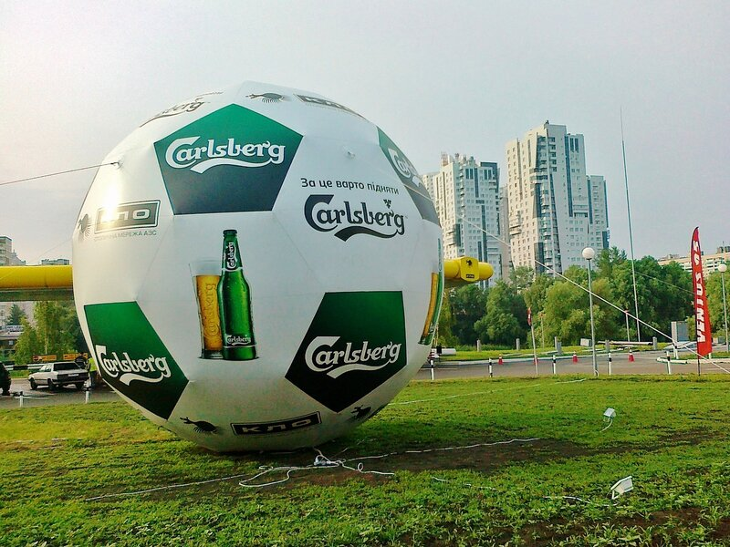 Реклама официального пива Евро 2012 Карлсберг на мяче