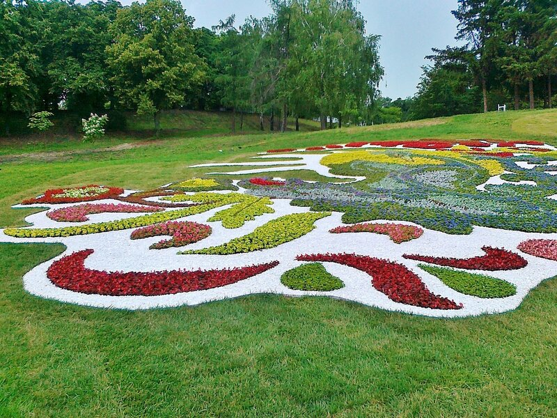Цветочная композиция на склоне Певческого поля
