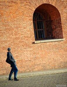 Странный персонаж (гравитация, окно, человек)