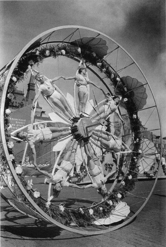 Физкультура в СССР.Спортивный парад в Ленинграде. 1940. Фото И. Шагина