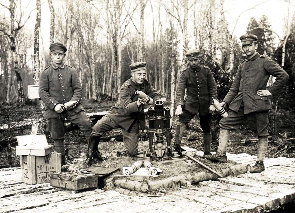 Немецкие минометчики и легкий миномет калибра 7,58 см из состава 218-го пехотного полка германской армии на территории Российской империи (1915 год)