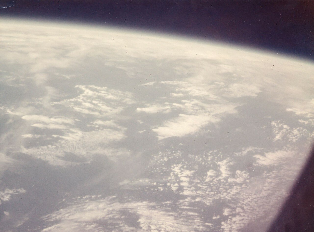22. 1962, 20 февраля. Первая фотография из космоса сделанная человеком во время полета Джона Гленна на «Меркурии-Атласе»-6 (Friendship 7).