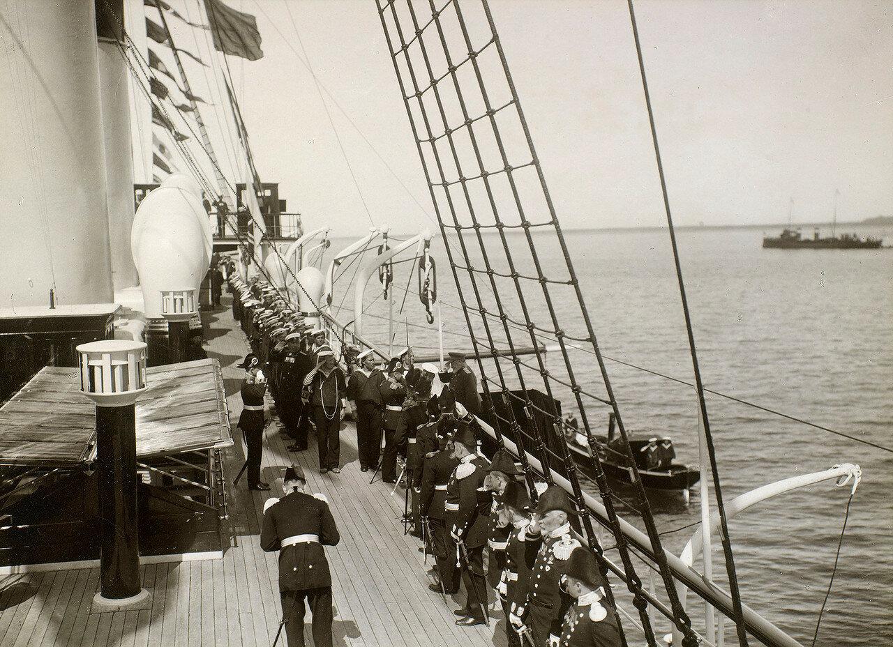 38. Король Эдуард VII покидает  яхту «Штандарт»